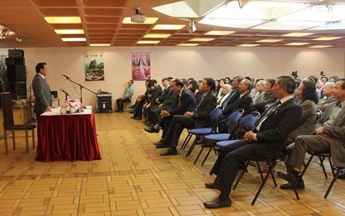 Секретарь парткома Ханоя встретился с вьетнамцами и сотрудниками посольства СРВ во Франции - ảnh 1