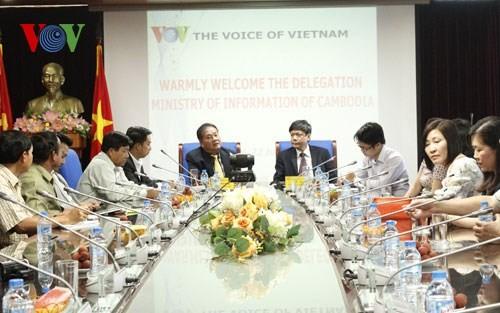 Делегация камбоджийских журналистов посетила Радио «Голос Вьетнама» - ảnh 1
