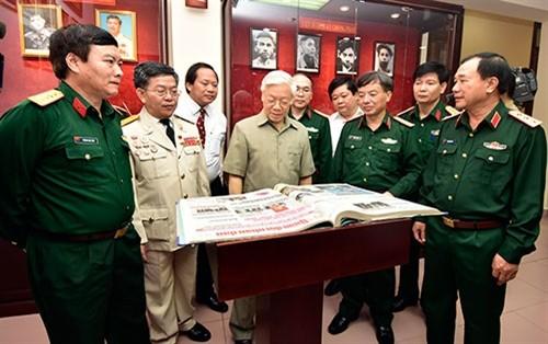 Генсек ЦК КПВ Нгуен Фу Чонг посетил редакцию армейской газеты «Куандой Нянзан» - ảnh 1