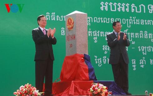 Премьеры Вьетнама и Камбоджи присутствовали на церемонии открытия пограничного столба - ảnh 1