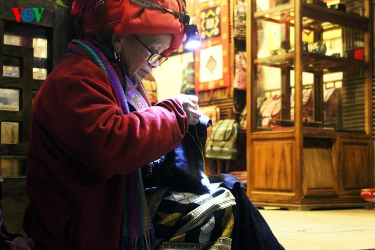 Жители Шапы продают товары в холодную погоду - ảnh 4