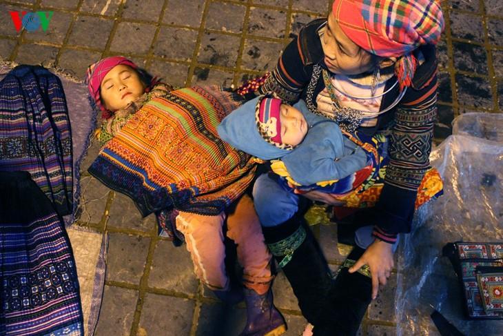 Жители Шапы продают товары в холодную погоду - ảnh 6