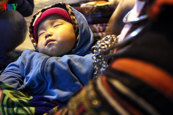 Жители Шапы продают товары в холодную погоду - ảnh 7