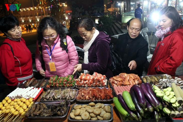 Жители Шапы продают товары в холодную погоду - ảnh 10