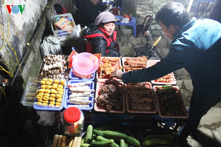Жители Шапы продают товары в холодную погоду - ảnh 11