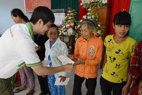 Провинция Куангнгай вручает новогодние подарки семьям, имеющим засдуги перед Отечеством - ảnh 1