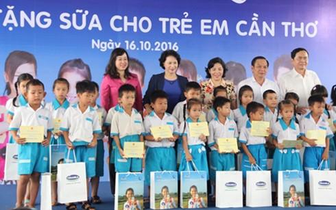 Нгуен Тхи Ким Нган вручила молоко в подарок детям в городе Кантхо - ảnh 1
