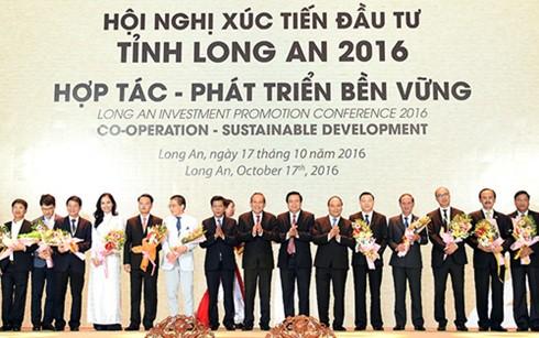 Премьер Вьетнама принял участие в конференции по продвижению инвестиций в провинцию Лонган - ảnh 2