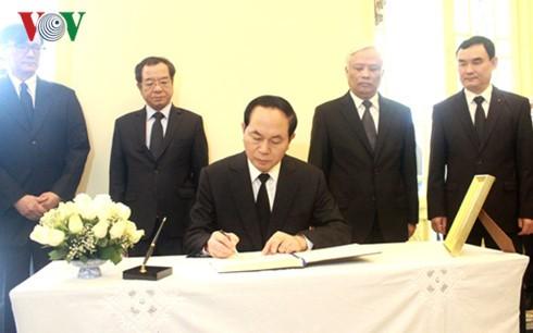 Президент Вьетнама почтил память короля Таиланда Пхумипона Адульядета - ảnh 1