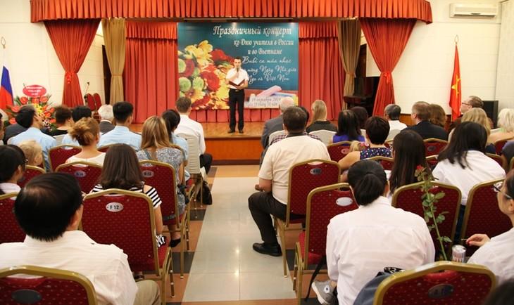 В Ханое состоялся праздничный концерт ко Дню учителя в России и во Вьетнаме - ảnh 1