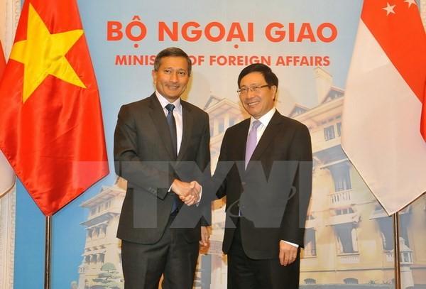 Фам Бинь Минь провёл переговоры с главой МИД Сингапура - ảnh 1