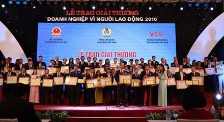 Во Вьетнаме вручена премия «Предприятие за интересы трудящихся» 2016 года - ảnh 1