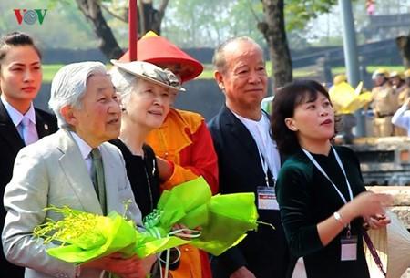 Император и императрица Японии посетили императорский дворец во вьетнамском городе Хюэ - ảnh 1