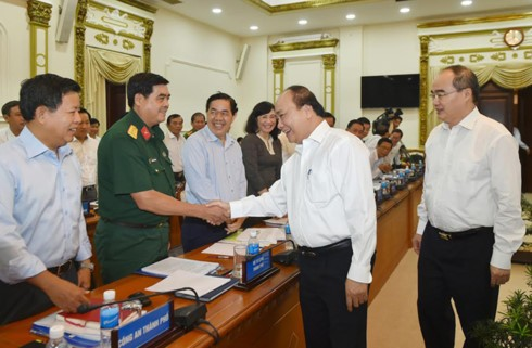 Премьер Вьетнама Нгуен Суан Фук провёл рабочую встречу с руководством г.Хошимина - ảnh 1