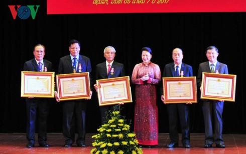 Граждане Лаоса были награждены орденами СРВ - ảnh 2