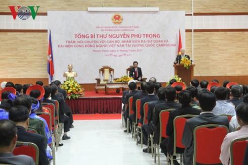 Генсек ЦК КПВ Нгуен Фу Чонг посетил посольство Вьетнама в Камбодже - ảnh 1