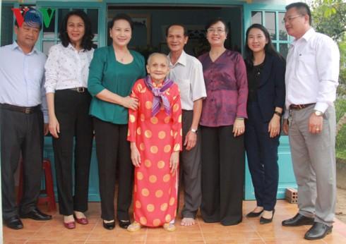 Нгуен Тхи Ким Нган передала подарки семьям льготной категории в г.Хошимине - ảnh 1