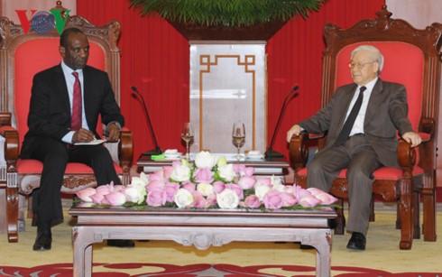Генсекретарь ЦК КПВ принял делегацию НРПЛ и премьер-министра Мозамбика - ảnh 2