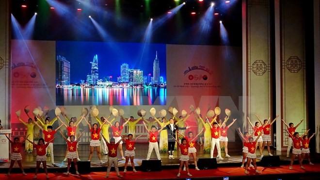 Более 4 млн туристов посетили фестиваль культур мира Хошимин-Кёнджу 2017 - ảnh 1
