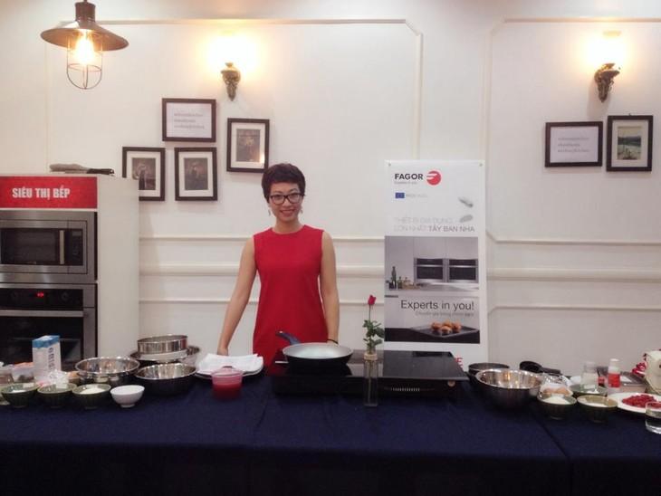 Red velvet cupcake with food blogger Phan Anh Esheep  - ảnh 1
