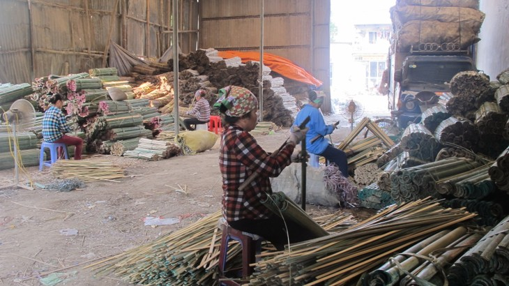 Making incense in Xa Kieu traditional craft village  - ảnh 1