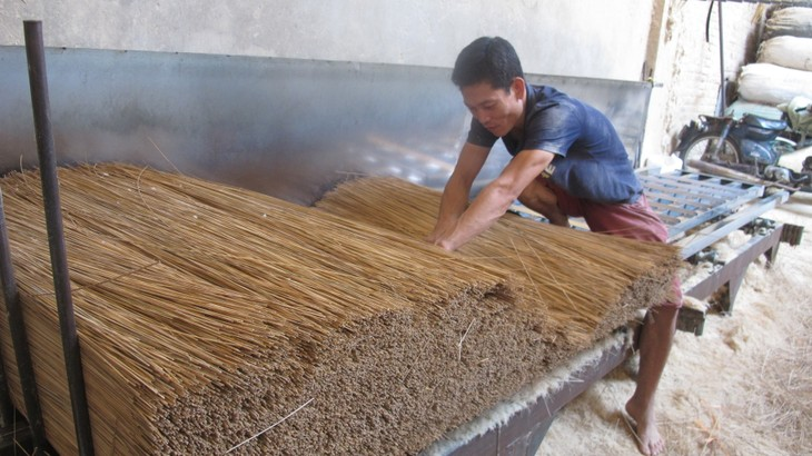 Making incense in Xa Kieu traditional craft village  - ảnh 2