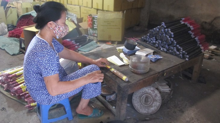Making incense in Xa Kieu traditional craft village  - ảnh 5