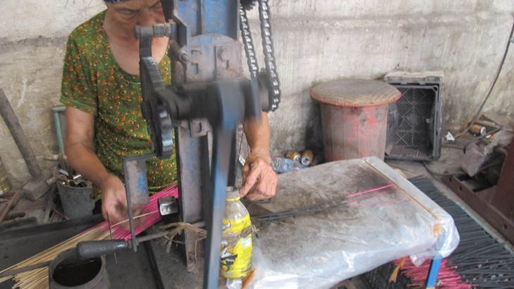 Making incense in Xa Kieu traditional craft village  - ảnh 3