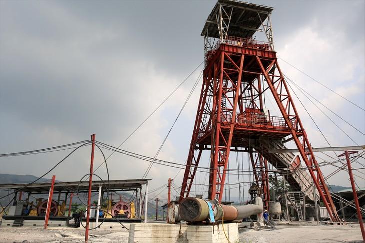 Junto a los mineros de Quang Ninh en una jornada laboral - ảnh 1