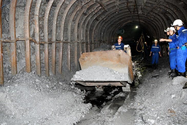 Junto a los mineros de Quang Ninh en una jornada laboral - ảnh 3