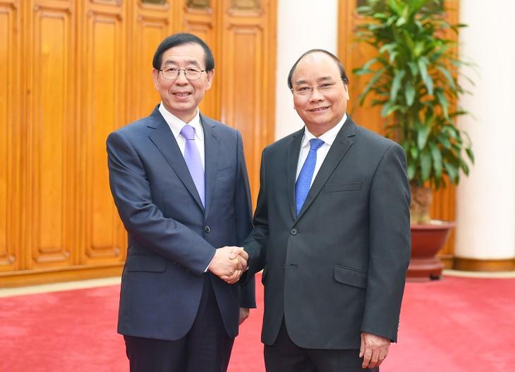 Líderes vietnamitas reciben al enviado del nuevo mandatario surcoreano - ảnh 2