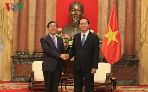 Líderes vietnamitas reciben al enviado del nuevo mandatario surcoreano - ảnh 1
