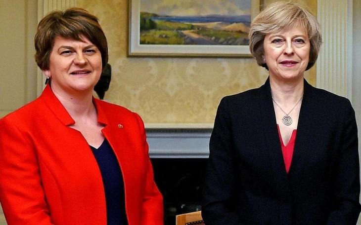 Theresa May busca alianza con el Partido Unionista Democrático - ảnh 1
