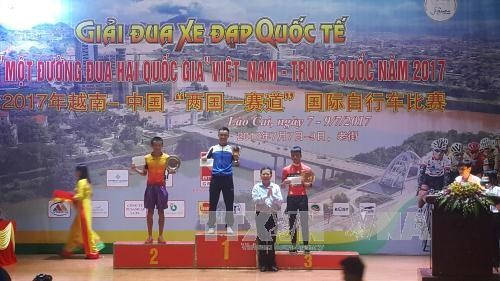 Finalizan la carrera internacional de ciclismo Vietnam-China en Lao Cai - ảnh 1