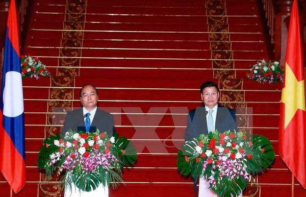 Premier laosiano satisfecho con las buenas relaciones con Vietnam  - ảnh 1