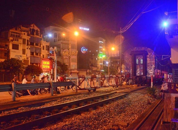 Guardianes de las barreras ferroviarias, quienes contribuyen a proteger la seguridad vial - ảnh 1