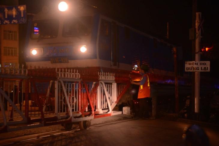 Guardianes de las barreras ferroviarias, quienes contribuyen a proteger la seguridad vial - ảnh 2