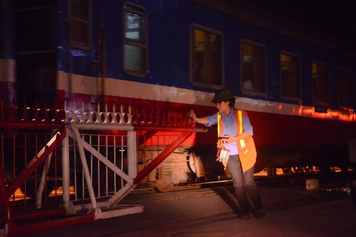 Guardianes de las barreras ferroviarias, quienes contribuyen a proteger la seguridad vial - ảnh 3