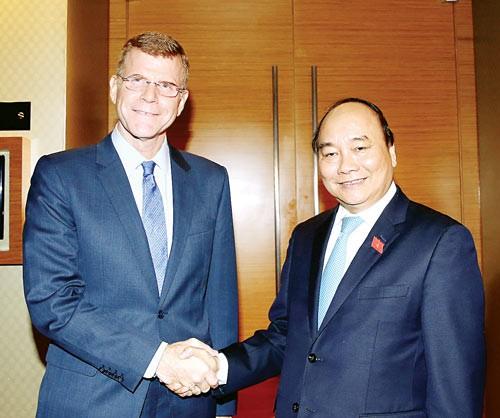Nguyen Xuan Phuc reçoit les dirigeants de la BAD et de la revue The Economist - ảnh 1