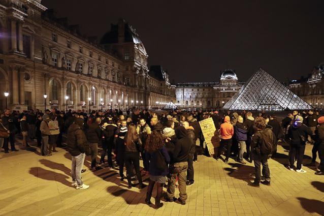 Manifestation de soutien près du campement de migrants à Paris - ảnh 1