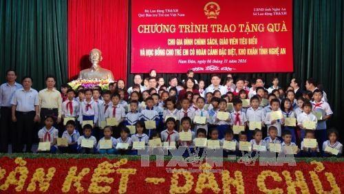 Bourses à 100 élèves en difficulté de la province de Nghe An - ảnh 1