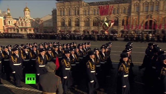 Reconstitution du défilé de l'armée russe avant son envoi au front face aux nazis - ảnh 1