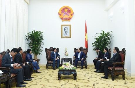 Le Premier ministre reçoit les ambassadeurs singapourien et cambodgien - ảnh 1