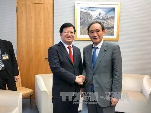 Trinh Dinh Dung rencontre le secrétaire général du cabinet japonais - ảnh 1