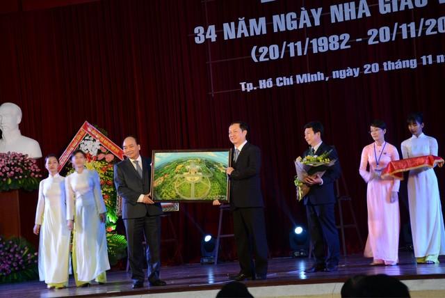 La journée des enseignants vietnamiens fêtée en grande pompe  - ảnh 1