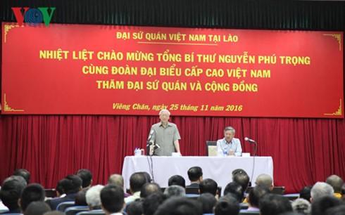 Nguyen Phu Trong rencontre la communauté vietnamienne au Laos - ảnh 1