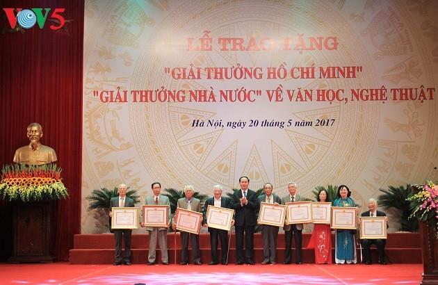 Remise des prix Ho Chi Minh et des prix d'Etat pour les lettres et les arts - ảnh 1