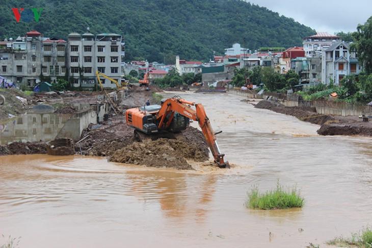 Tout mettre en œuvre pour réparer les dommages des pluies et des crues - ảnh 1