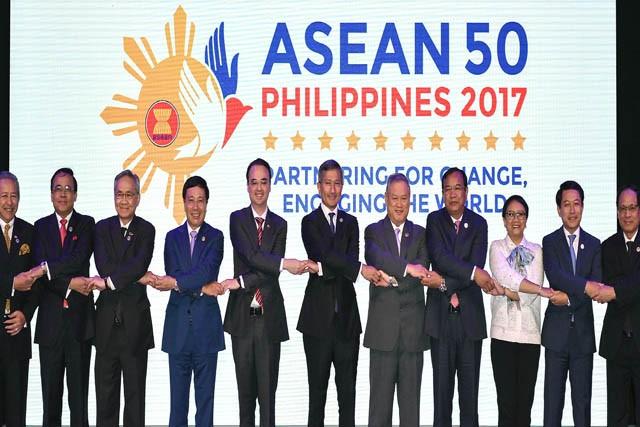 L'ASEAN et les 10 pays interlocuteurs adoptent plusieurs orientations de coopération - ảnh 1