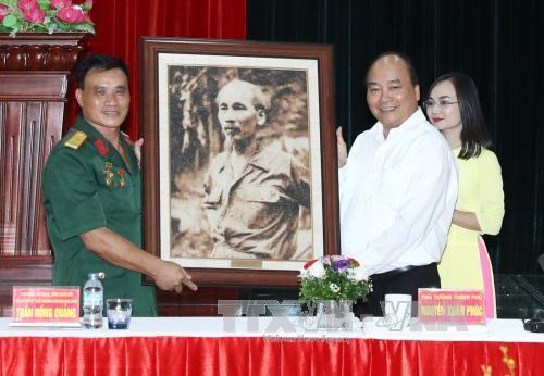 Nguyen Xuan Phuc rend visite à des invalides de guerre - ảnh 1